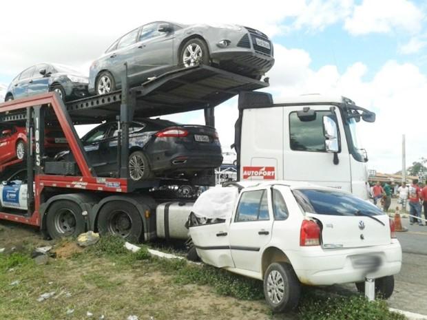 Ao tentar desviar de carreta, carro colidiu com caminhão cegonha (Foto: Leandro Alves/Blog Bahia na Mídia)