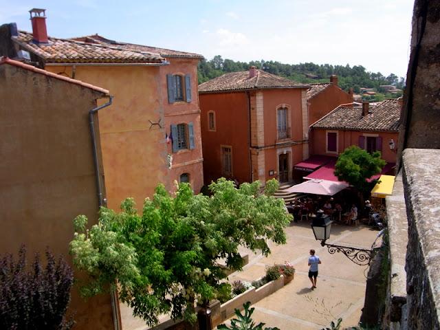 Roussillon Provence Frankreich, Marktplatz bei Sonnenschein im Sommer, Blick von oben