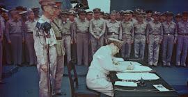 EL GENERAL DOUGLAS MACARTHUR FIRMA LA RENDICIÓN JAPONESA EL 02/09/1945.