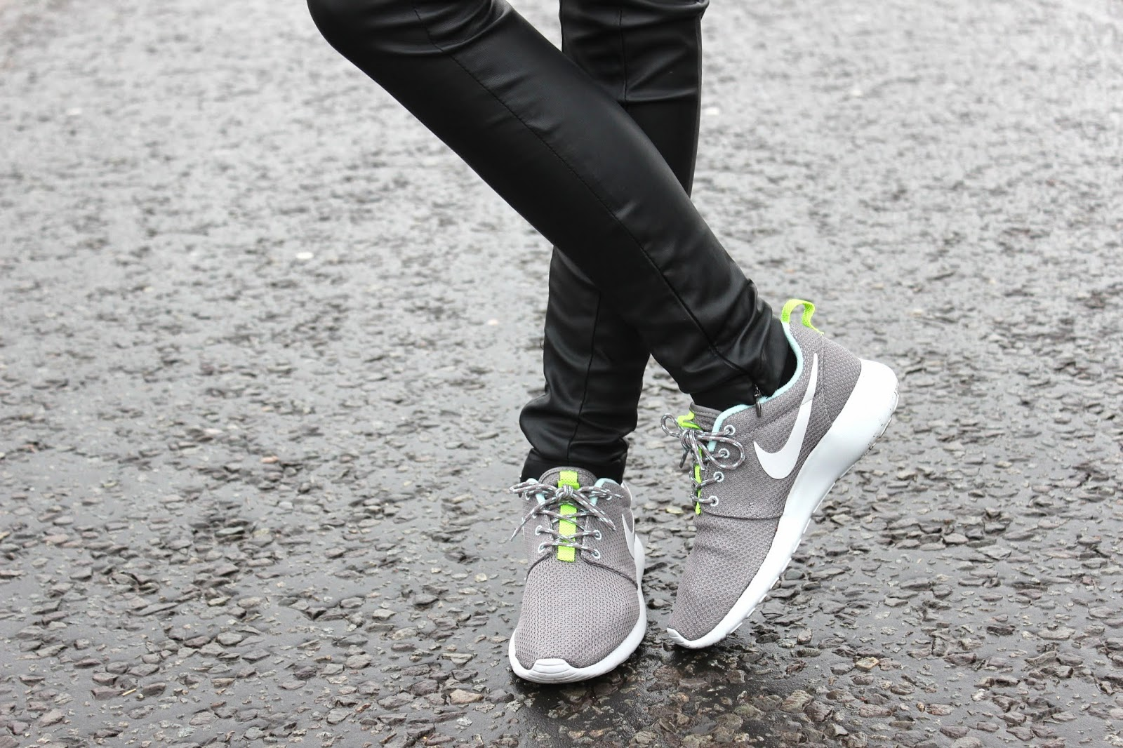 USC_NIKE_ROSHE_RUN_GREY_TRAINERS