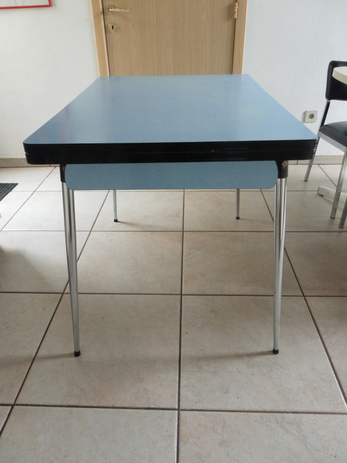 lucie la chineuse table en formica bleu. Black Bedroom Furniture Sets. Home Design Ideas