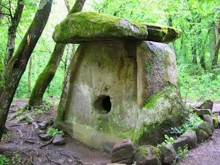 Типичный дольмен, или каменный стол это мегалитическое сооружение доисторической цивилизации