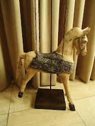 houten paard in de kamer