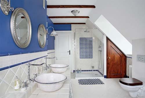 Una casa primaverile arredata con tre diversi stili - Bagno blu e bianco ...