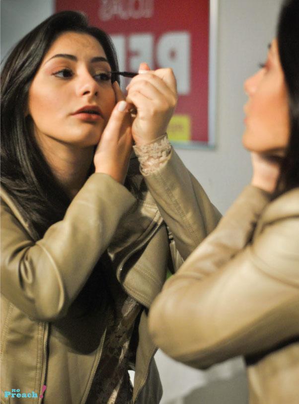 Maquiagem - vult - auto maquiagem - mulher maquiando no espelho