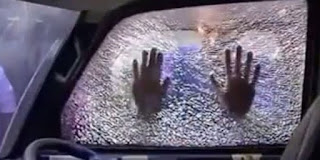 petugas menduga aksi pemecahan kaca dengan menggunakan alat pemotong khusus kaca karena sangat rapih dan tidak ada butiran hancuran kaca mobil
