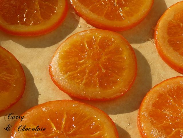 Naranjas confitadas sobre papel de horno para guardarlas para los roscones de Reyes