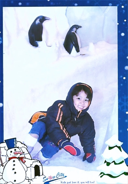 Kecil smiling in front of the penguins