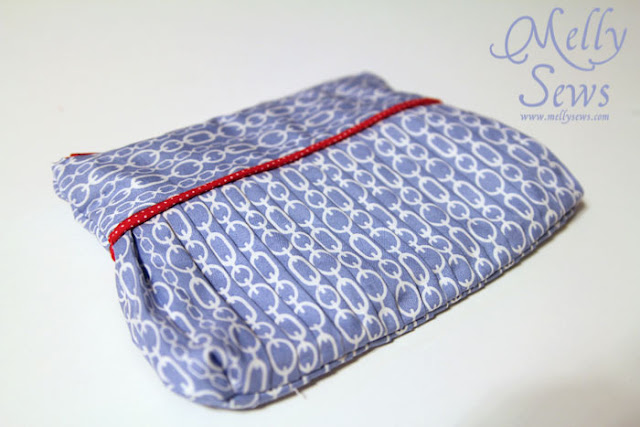 So pretty! Make an easy pleated zip pouch - DIY sewing tutorial - Melly Sews