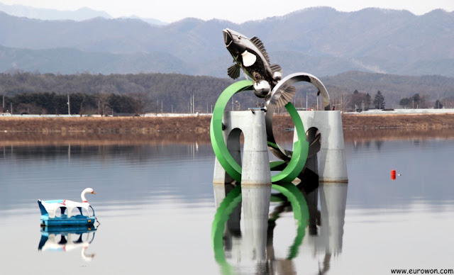 Escultura de un pez en el lago de Chuncheon