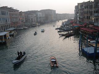 Foto del Gran Canal, tomada desde el Puente Rialto, el más famoso de Venecia.
