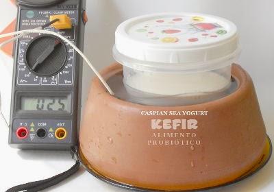 Estabilize a temperatura do seu kefir colocando imerso em água fresca de um potinho de barro, quem não se lembra do frescor da água de uma moringa?
