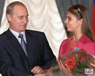 Ông Putin và Kabayeva trong một lần gặp gỡ năm 2001 - Ảnh: Reuters
