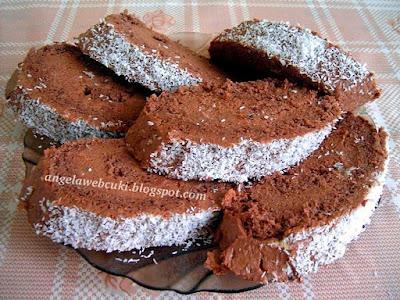 Kókuszos csokis krémes piskótarolád, csokoládé pudingporos tésztával, csokoládés kókuszos krémmel, kókuszreszelékkel megszórva.