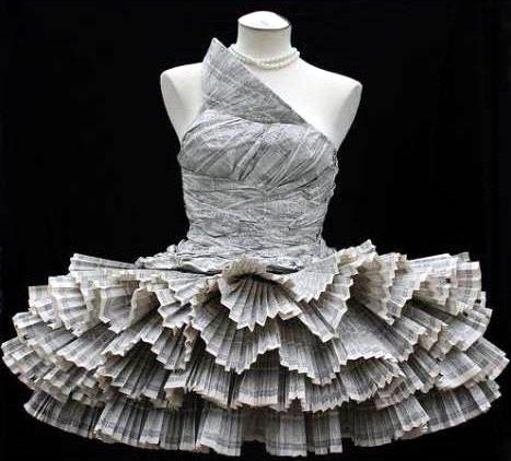 Ambos vestidos fueron hechos con papel, el de la parte de arriba con un directorio y el de abajo con papel revista. Si quieres ver como hice el vestido con