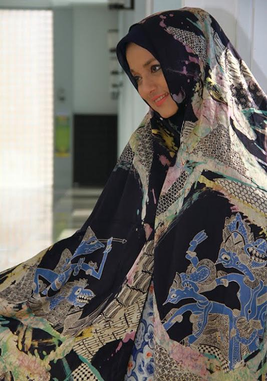 Marissa Haque Fawzi dalam Batik Lukis Karya Prof Basu Swastha Dharmmesta, PhD