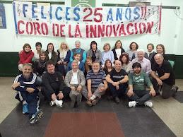 Coro de la Innovación con la bandera del 25º Aniversario