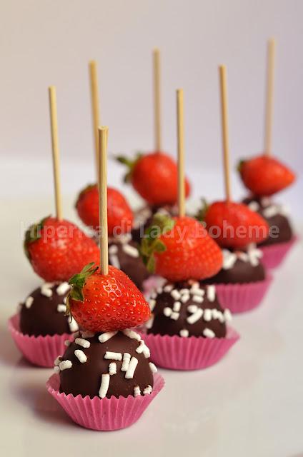 hiperica_lady_boheme_blog_di_cucina_ricette_gustose_facili_veloci_dolci_cioccolatini_ripieni_alla_banana_con_fragole_1