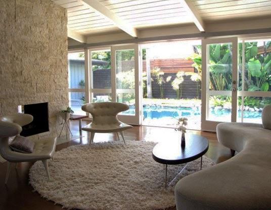 ruangan interior dan kolam renang