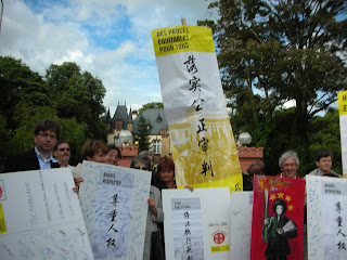 http://amnesty-luxembourg-photos.blogspot.com/2008/07/manifestation-ambassade-china.html