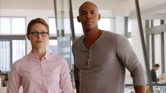 Melissa Benoist y Mehcad Brooks como Kara Danvers y Jimmy Olsen
