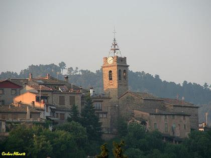 El poble de Santa Maria d'Oló amb l'antiga església parroquial des de la Plaça Nova. Autor: Carlos Albacete
