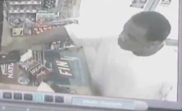 ladron amenazando con una pistola a su victima en una tienda
