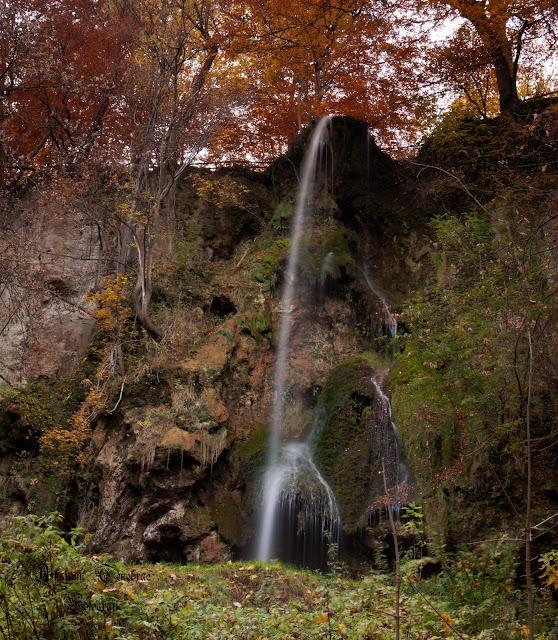 Der Wasserfall Bad Urach im Herbst