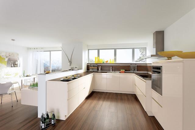 Cuisine design en U sans poignées par ALNO. Cuisine beige avec meubles suspendus
