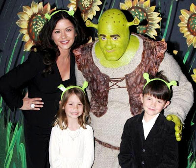 Catherine Zeta Jones con sus hijos y Shrek