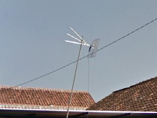 Kabel tidak dikaitkan ke tiang, reflektor dipasang dengan tidak benar