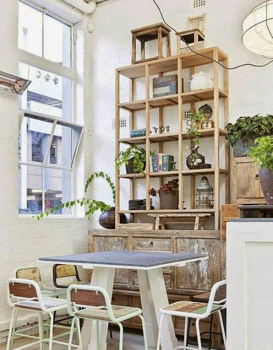 mesa con cajones de la misma altura que los muebles de la cocina y pegada a ella