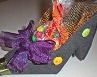http://www.sinimbu.com.br/area_artesao/faca-um-adoravel-sapato-porta-doces-para-o-dia-das-bruxas-com-a-sinimbu/