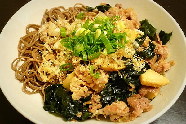 豚肉ワカメ炒めオン・ザ・蕎麦