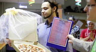 Terlalu Lama Sendiri, Pria Rusia Ini Akhirnya Nikahi Pizza