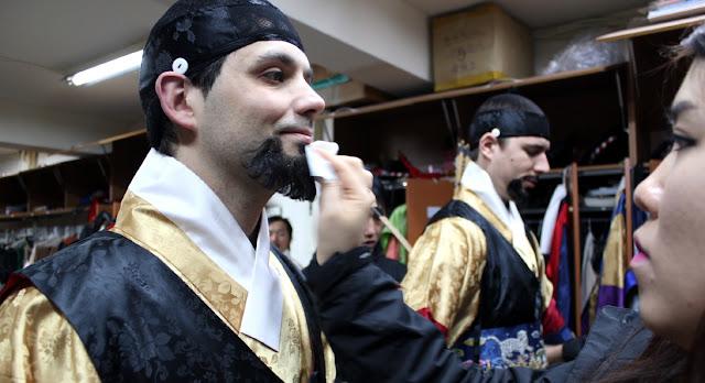 Poniendo barba postiza para ceremonia de cambio de la guardia