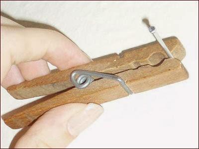 Usa una pinza de la ropa para no chafarte un dedo con el martillo
