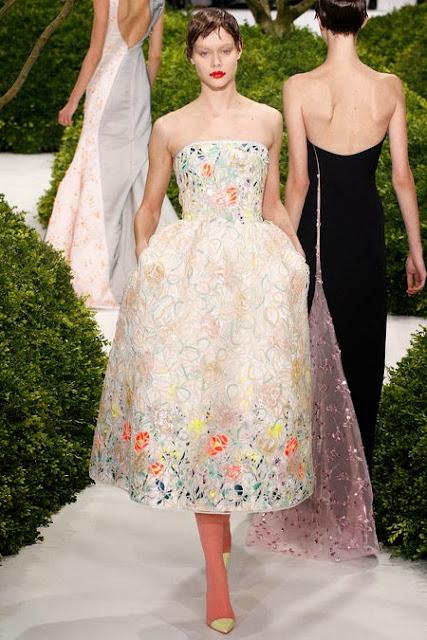 robe dior classie avec son bustier rébrodée de fleurs et de perles. déal pour le printemps.