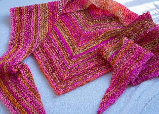 Stickad sjal av egenspunnet garn