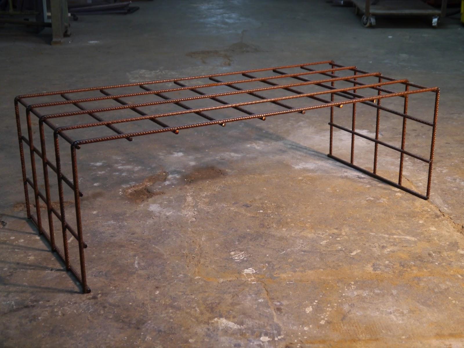 Mesas y sillas en metal de estilo industrial en hierro y for Muebles industriales madera y hierro