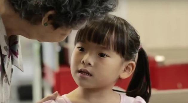 Esta niña quería comprar un regalo para su abuelo, pero el dinero no le alcanzó