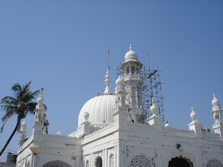 banned on women, restriction to enter the dargah