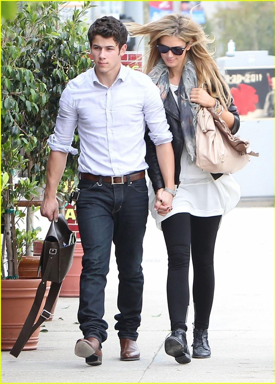 Nick Jonas y su novia Delta juegan a los bolos ~ cotibluemos