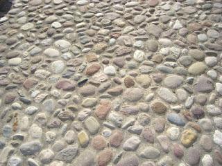"""Acciottolato rivestimento formato da """"ciottoli"""" di una strada o una pavimentazione"""