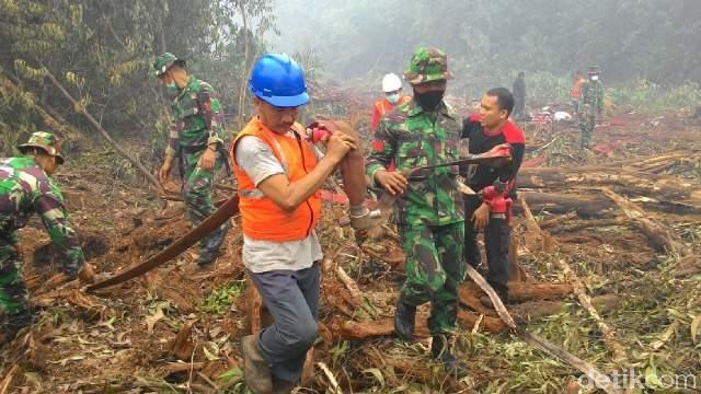 Kebakaran Hutan Kembali Berkobar, Prajurit Kostrad Berjibaku Padamkan Api