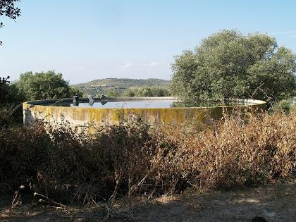 Dipòsit d'aigua de la masia de la Serra de Cap de Costa