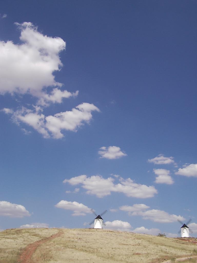 Cielo y molinos en la llanura