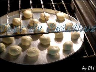 Bolinhas da massa de pão de queijo no forno