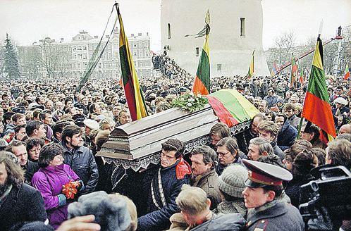Похороны защитников вильнюсской телебашни были пышными. В ответе на вопрос: «Кто виноват?» - у народа расхождений не было. А настроение толпы из антисоветского очень скоро стало антирусским.