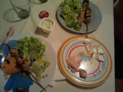 cena brochetas pollo y lechuga